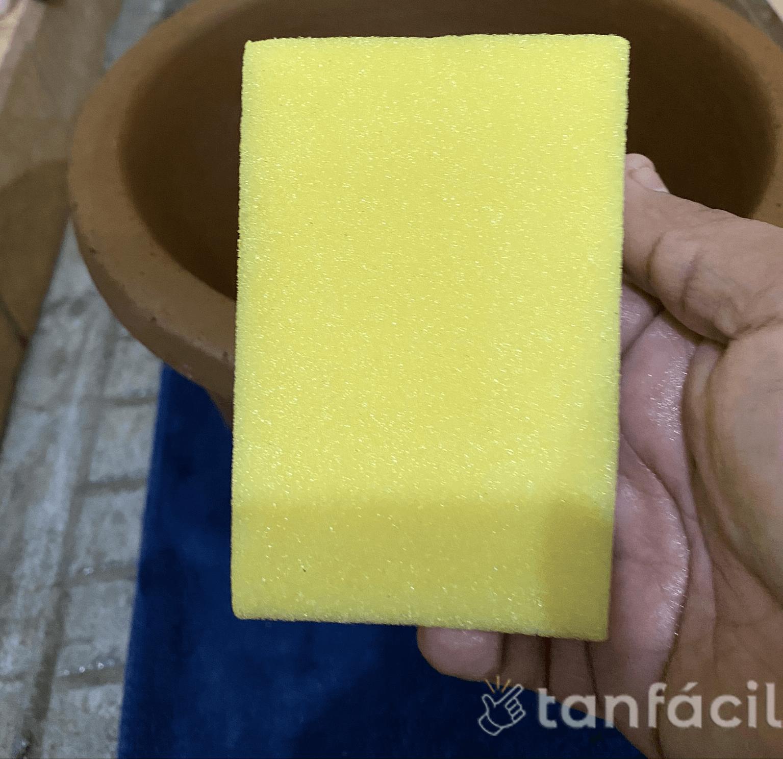 lavar ecofiltro con esponja